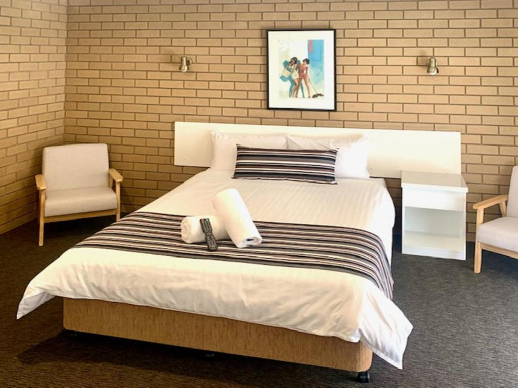 A bed or beds in a room at Albury City Motel