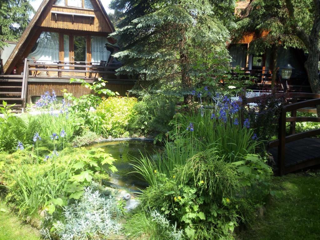 A garden outside Hotel Zakątek Leśny