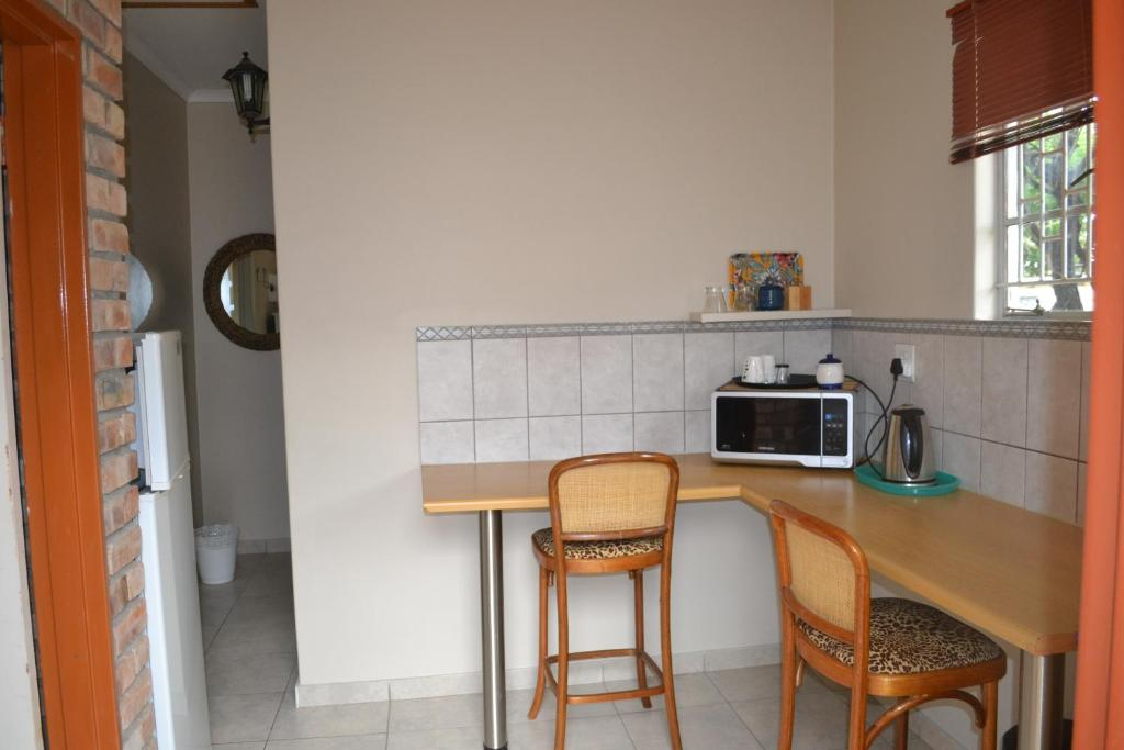 A kitchen or kitchenette at Halfway Overnight Accommodation