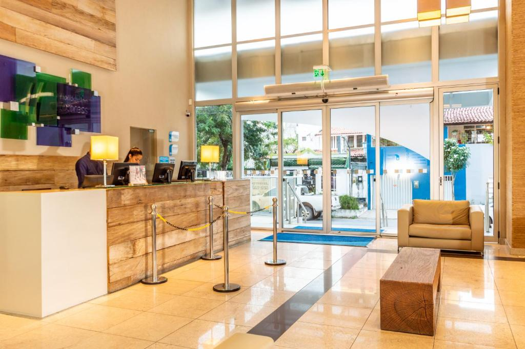 The lobby or reception area at Holiday Inn Express Maceió
