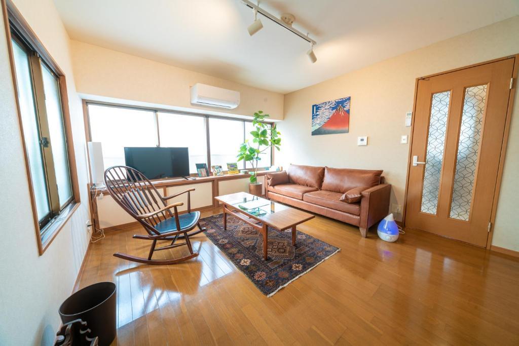 A seating area at 三軒茶屋の戸建て住宅快適なシモンズベッド採用の宿