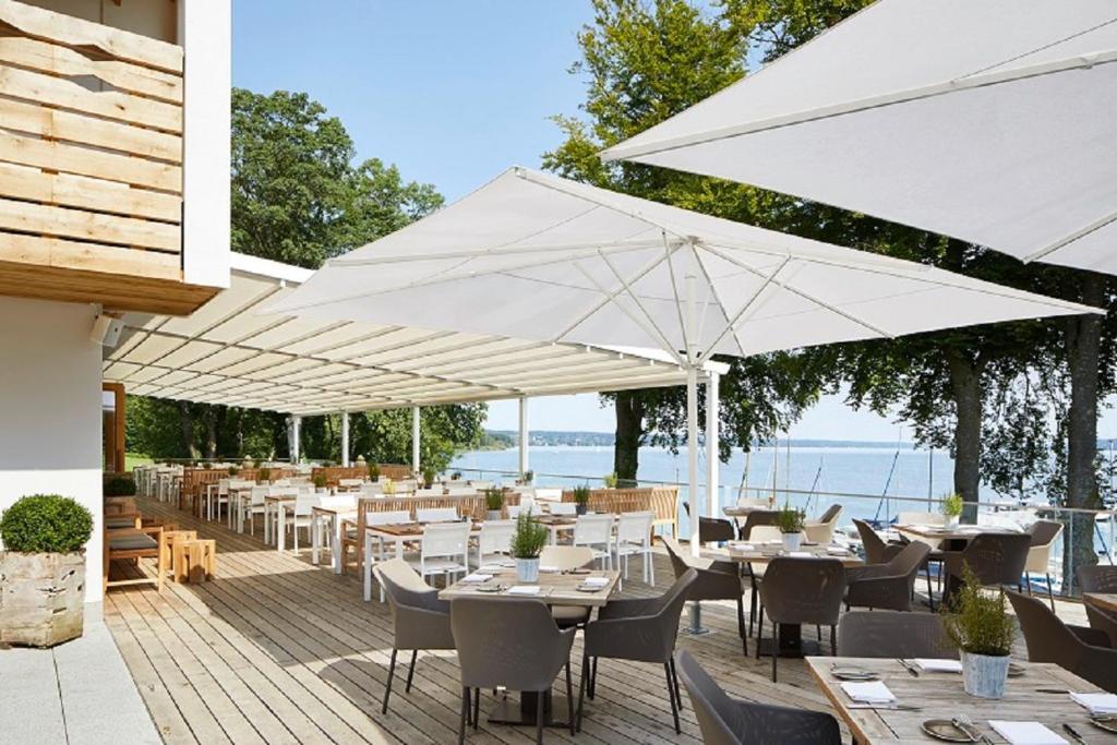 Ein Restaurant oder anderes Speiselokal in der Unterkunft Hotel Marina
