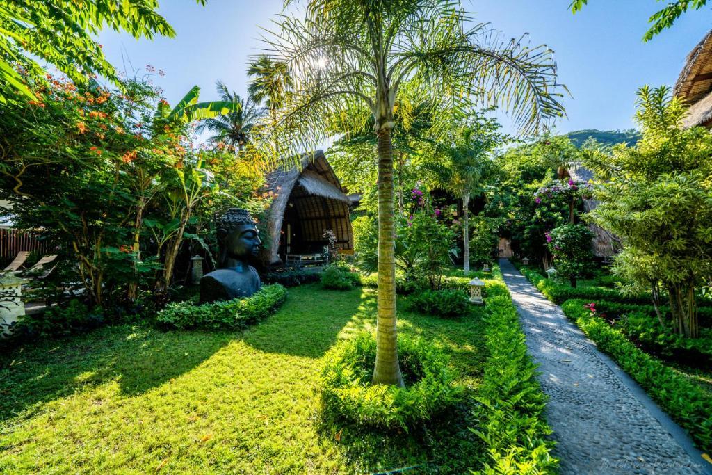 A garden outside Kelapa Cottage