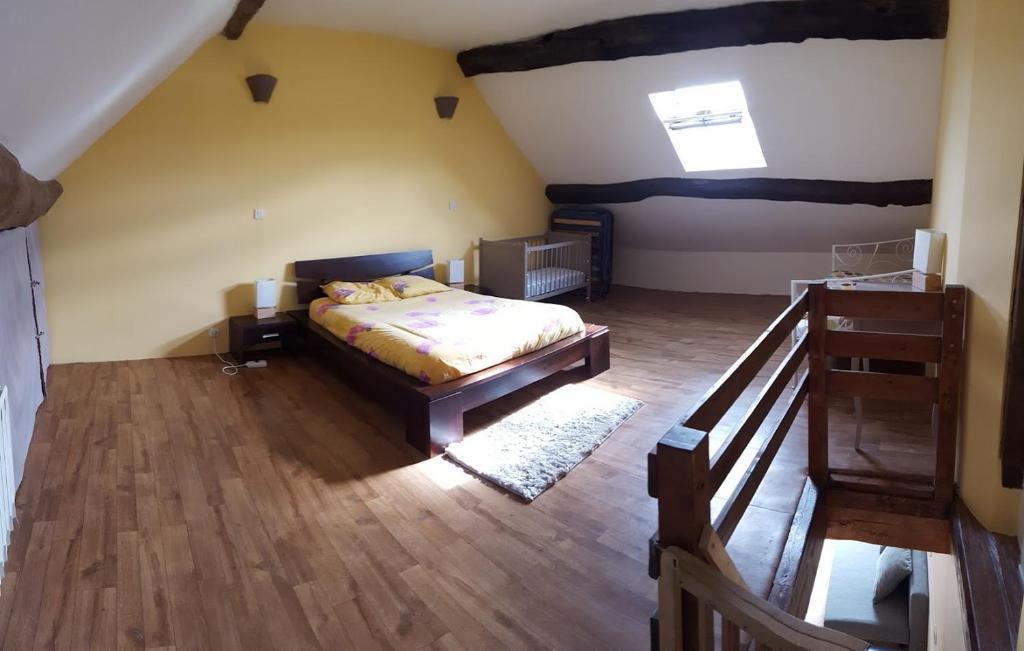 A bed or beds in a room at Gite du plan d'eau