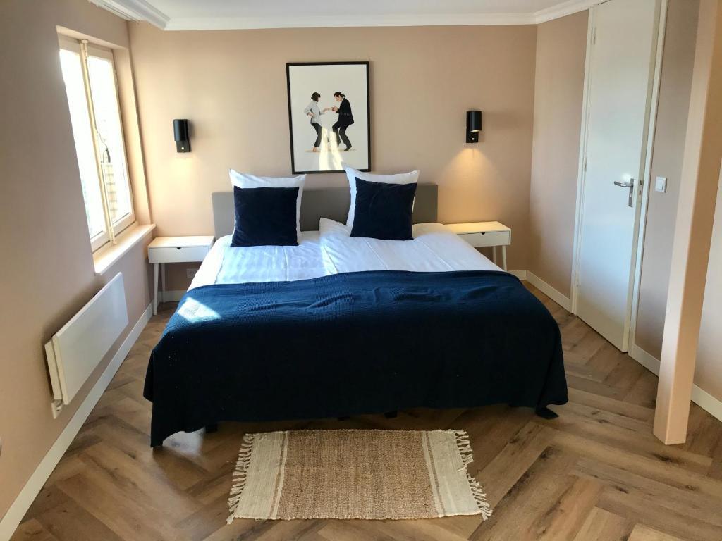 Een bed of bedden in een kamer bij Hotel van Dyk