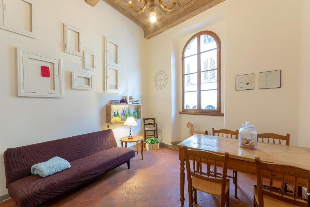 A seating area at Sant Agostino 2 - Oltrarno
