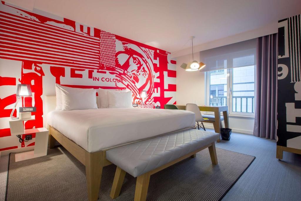 Een bed of bedden in een kamer bij Radisson RED Brussels