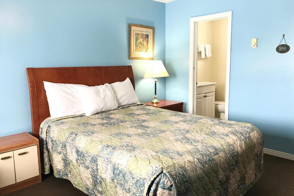 Кровать или кровати в номере Bayside Motel Trenton