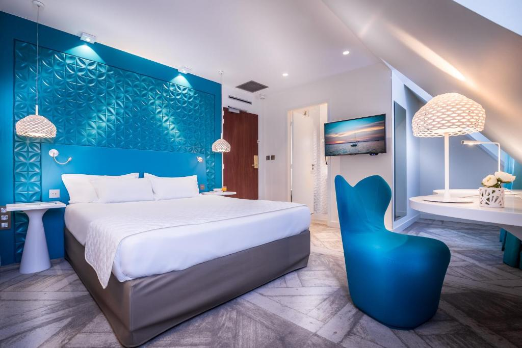 A bed or beds in a room at Holiday Inn Paris Gare de l'Est