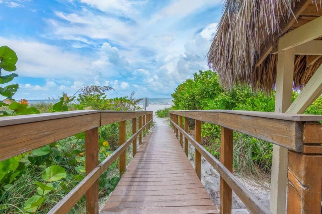 Beachfront Hotel Condo in Fort Myers Beach 405