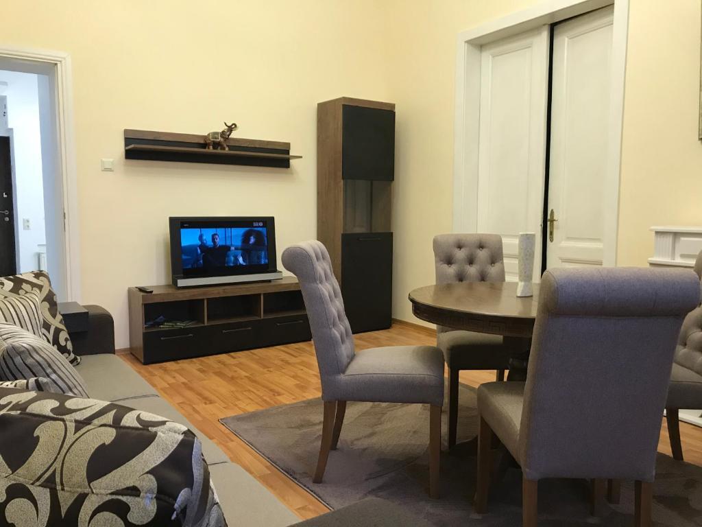 Телевизор и/или развлекательный центр в Apartment suite Mukachevo
