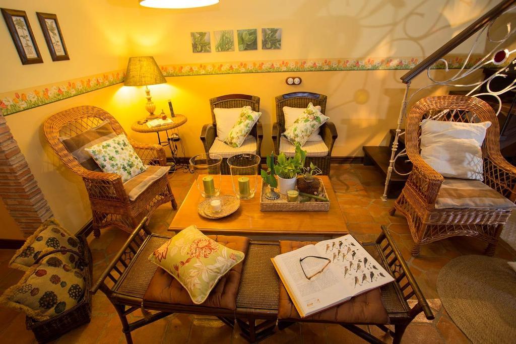 Un restaurante o sitio para comer en Casa Rural El Tenado