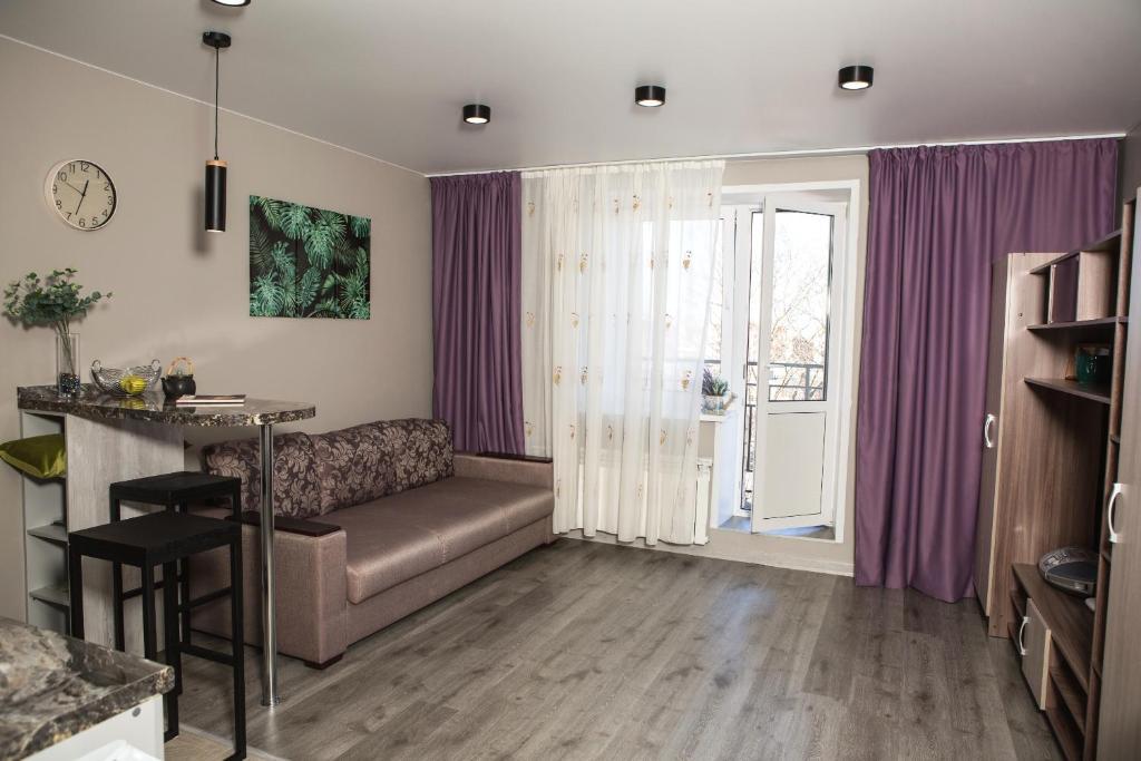 A seating area at Новая квартира-студия
