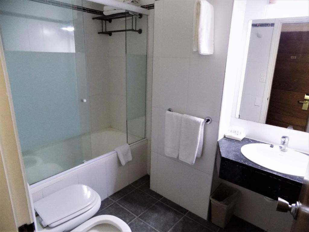 Un baño de Balmoral Plaza Hotel