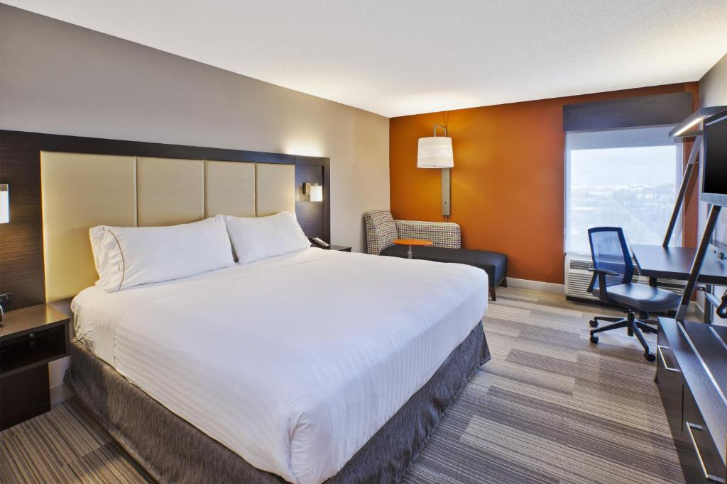 A bed or beds in a room at Holiday Inn Express & Suites Chicago-Midway Airport, an IHG Hotel
