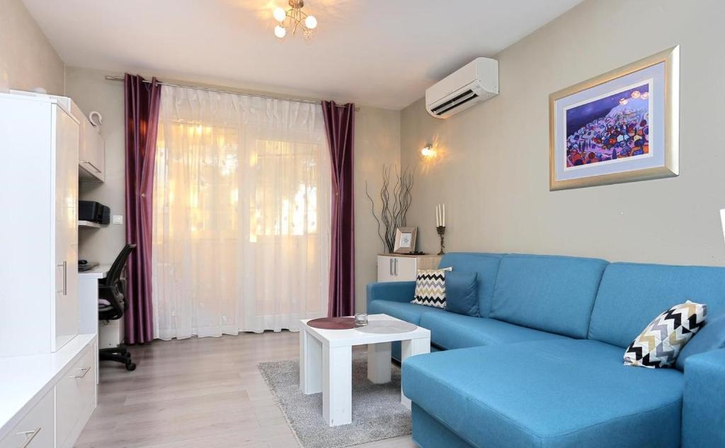 A seating area at Makarska Beach Modern Apartment