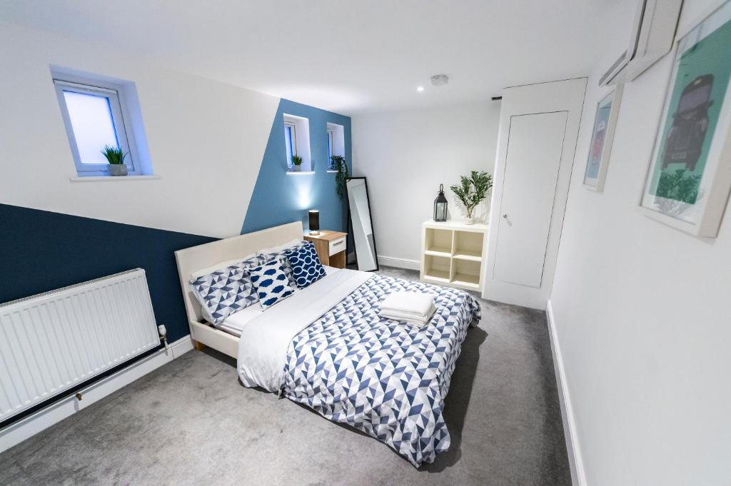 A bed or beds in a room at Prosper House Apartment