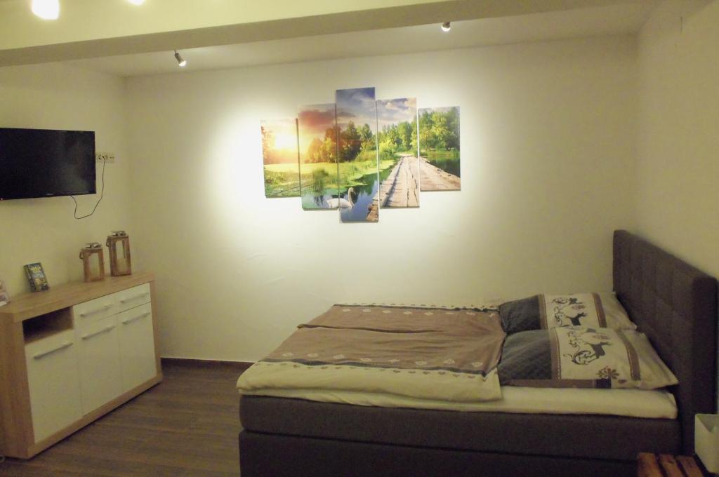 Ein Bett oder Betten in einem Zimmer der Unterkunft Ferienwohnung Hirschkuss