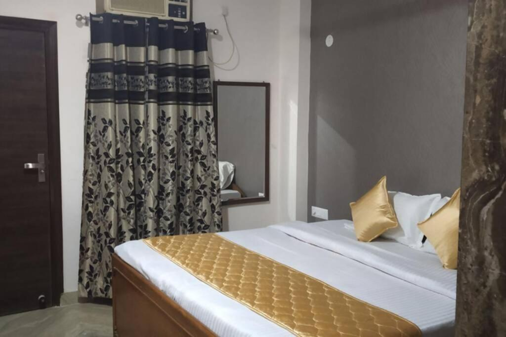 SHORT STAY 3BHK Serviced Apartment (LIFT+Kitchen+3 nights min stay) E Block Saket
