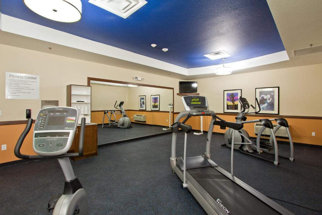 The fitness center and/or fitness facilities at Holiday Inn Express and Suites Denver East Peoria Street