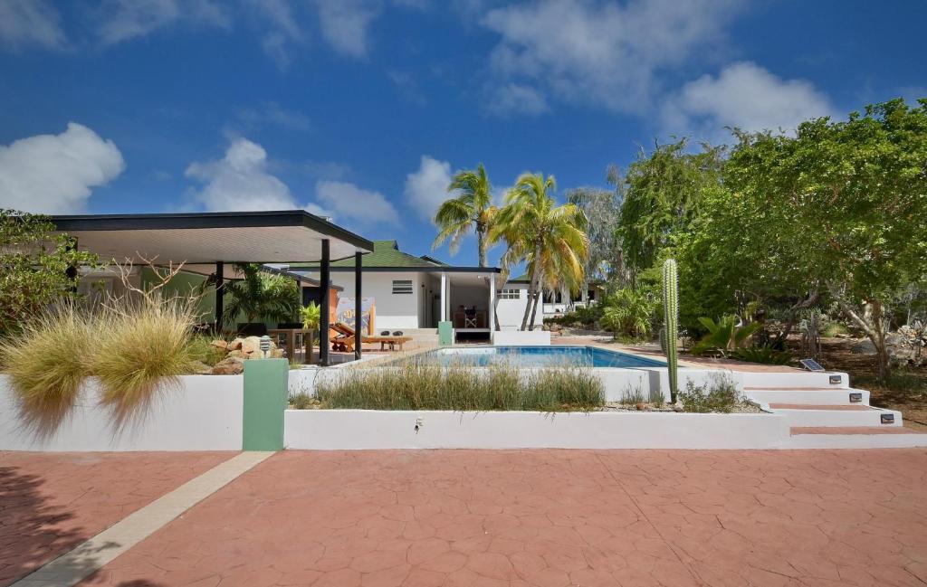 A piscina localizada em Koeriboeri Aruba Lodges ou nos arredores