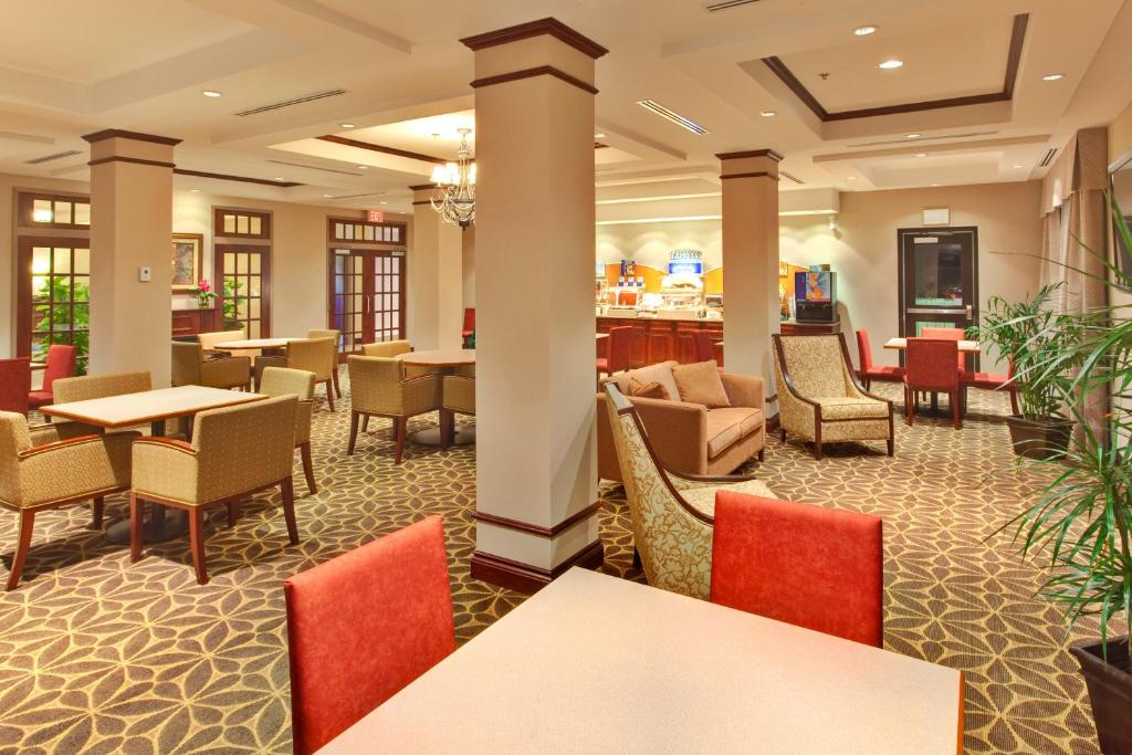 A restaurant or other place to eat at Holiday Inn Express Hotel & Suites Brockville