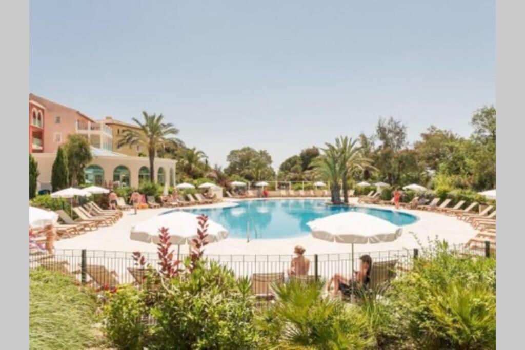 Appartement de standing face à la baie de St-Tropez, vue mer, jardin et piscine.