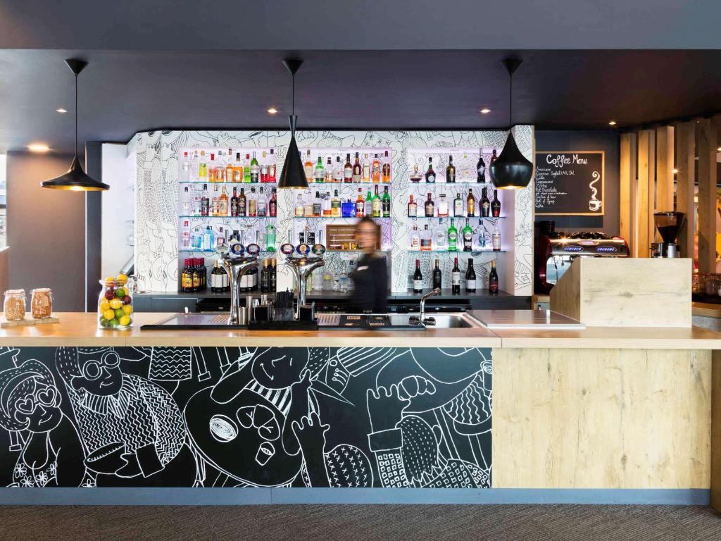 The lounge or bar area at ibis Birmingham International Airport – NEC