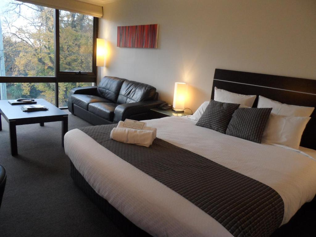 A bed or beds in a room at Commodore Regent