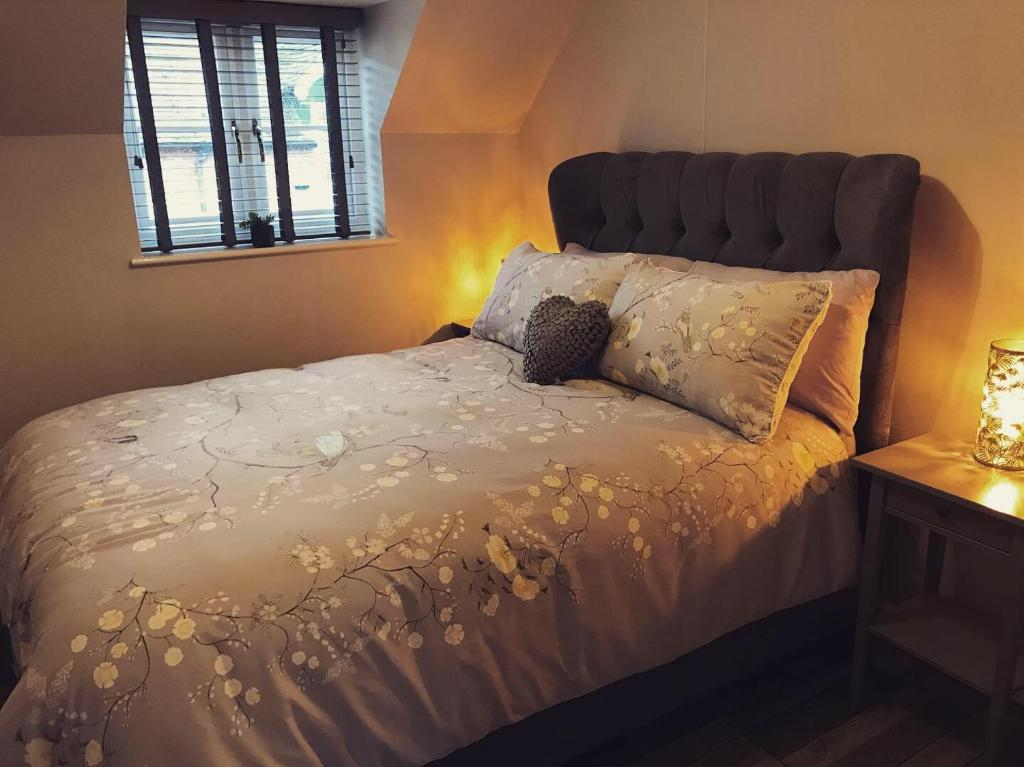 A bed or beds in a room at Clarabel's Guest House- The Cranny