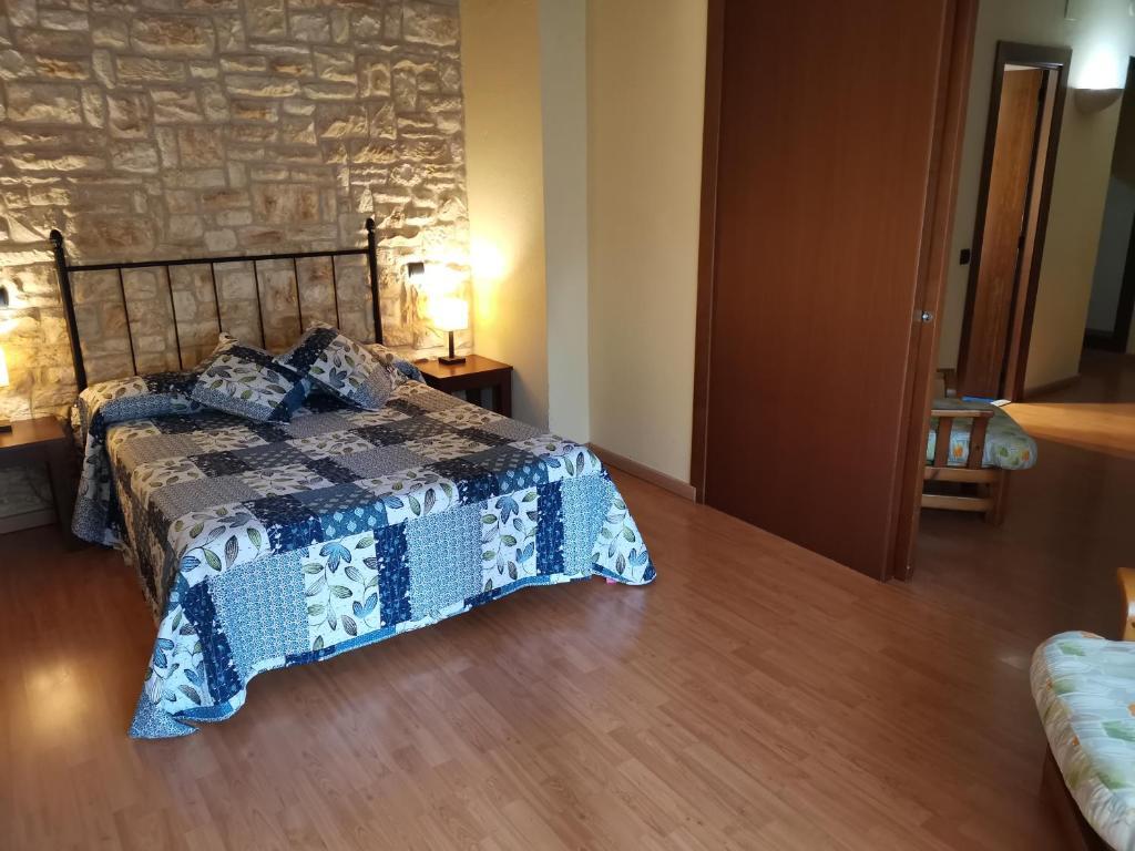 Llit o llits en una habitació de Hostal del Senglar