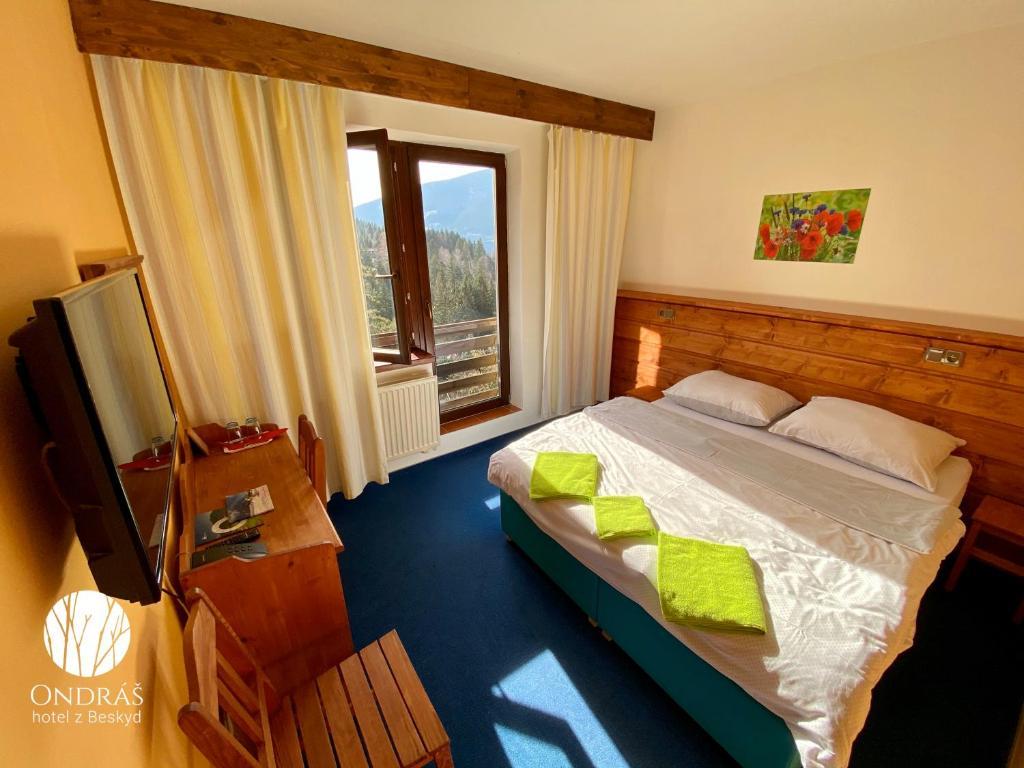 Postel nebo postele na pokoji v ubytování Hotel Ondras z Beskyd