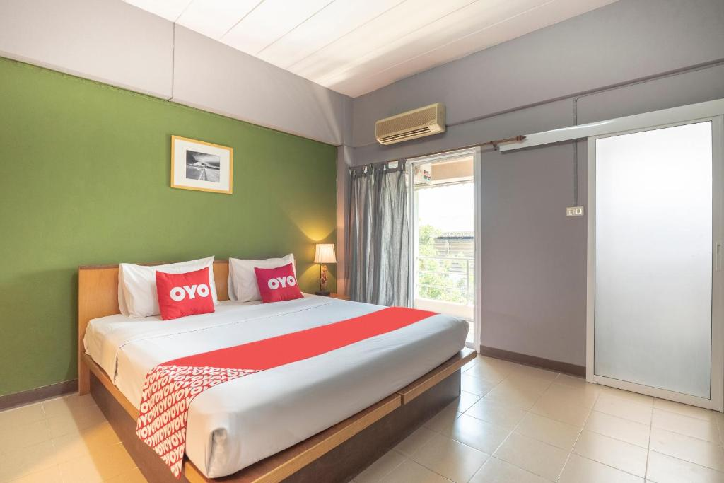 A bed or beds in a room at OYO 512 Plai And Herbs Suvarnabhumi Airport