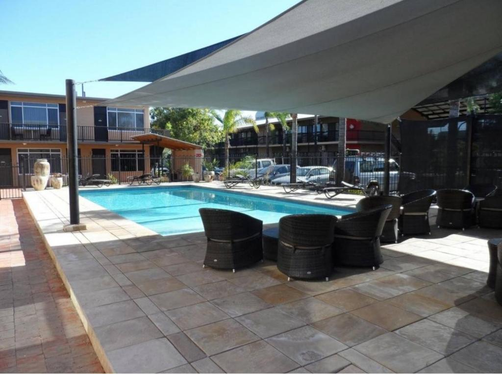 The swimming pool at or close to Diplomat Motel Alice Springs