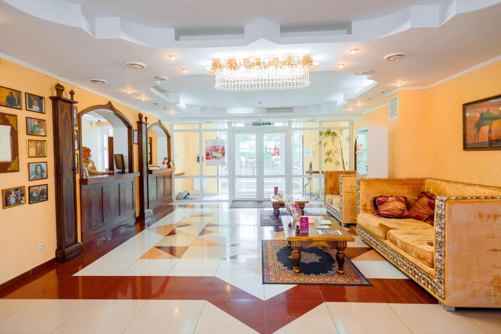 The lobby or reception area at Premier Hotel Shafran