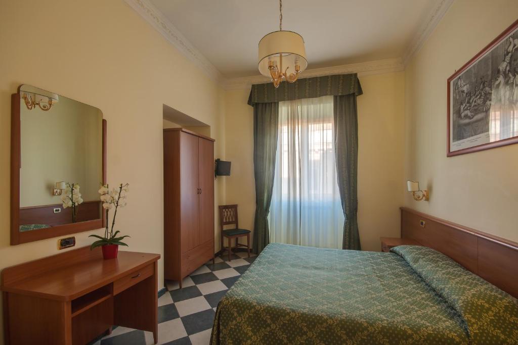 Un pat sau paturi într-o cameră la Hotel Giorgina