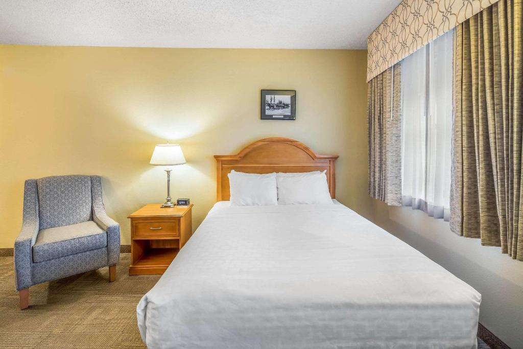 A bed or beds in a room at Clarion Hotel & Suites Fairbanks near Ft. Wainwright