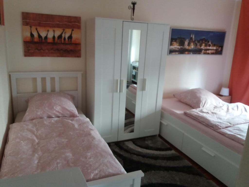 """A bed or beds in a room at Pensionszimmer """"Maureen"""""""