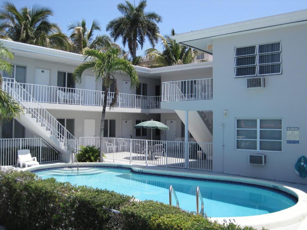 Het zwembad bij of vlak bij Summerland Suites