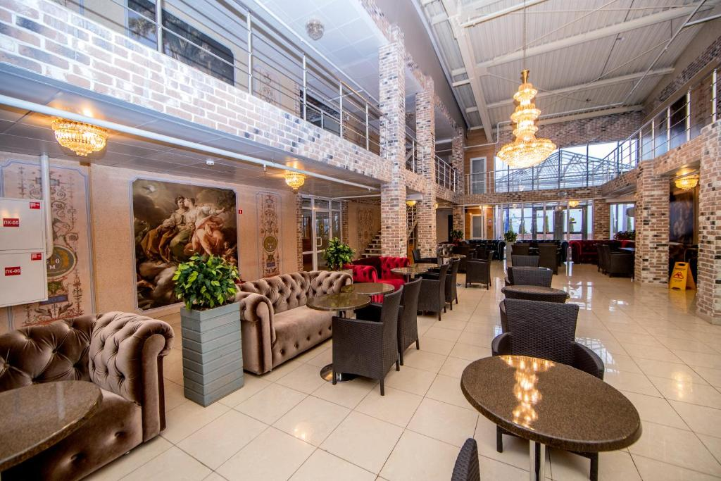 A restaurant or other place to eat at Gallery Voyage Hotel