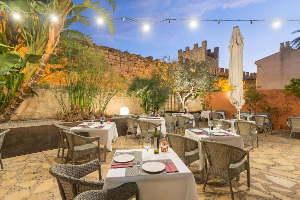 A restaurant or other place to eat at Alcudia Petit - Turismo de Interior