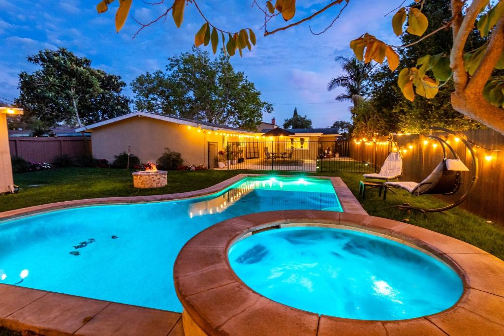 Lovely home, FREE Luxury Car Service, Pool and Hot Tub with Game Room