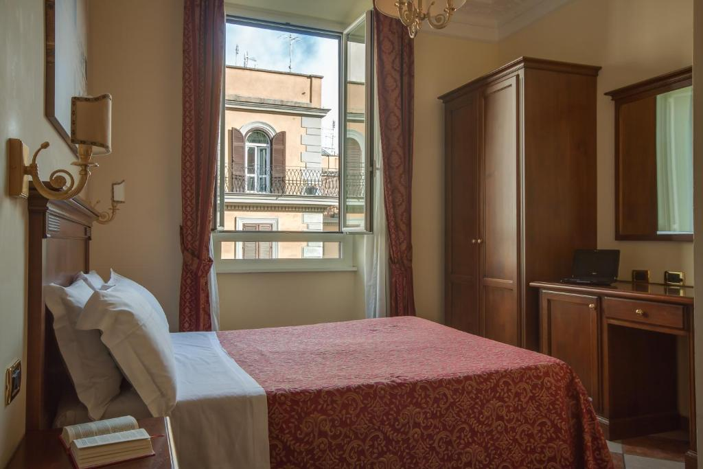 A bed or beds in a room at Hotel Romantica