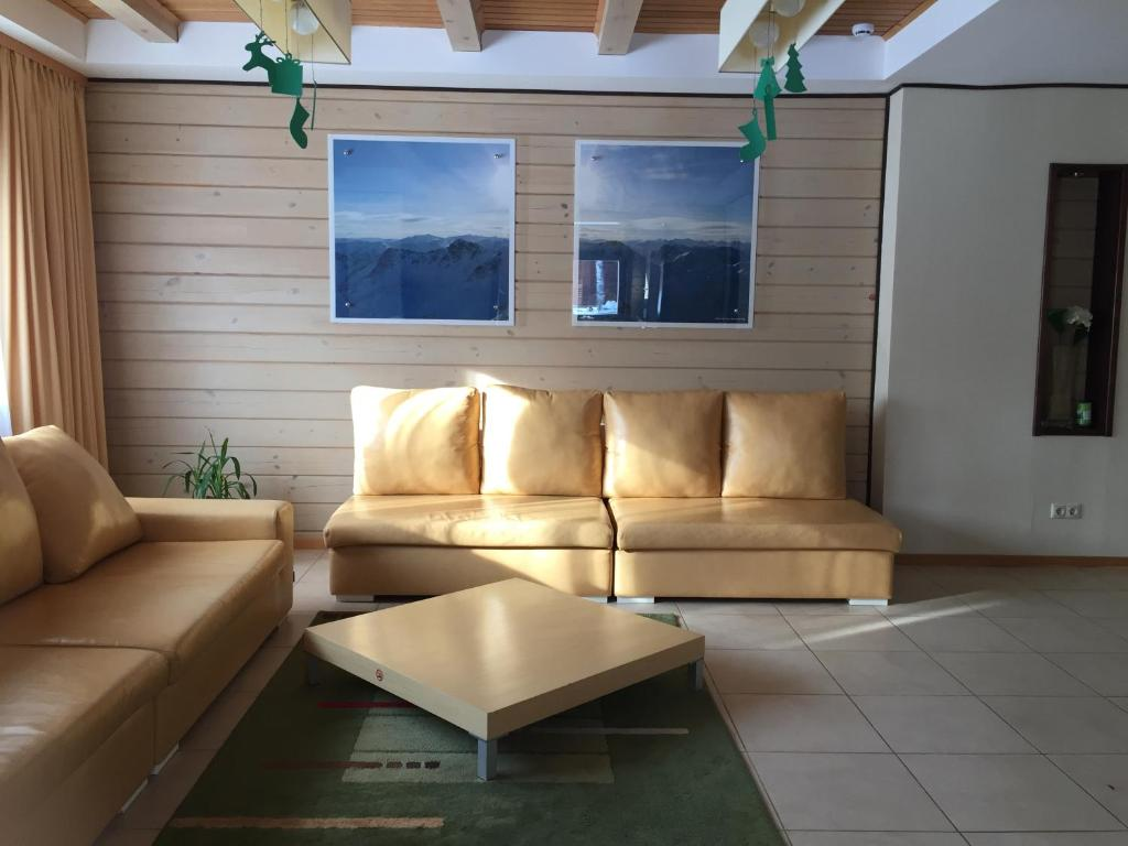 A seating area at Ski-Let Hotel