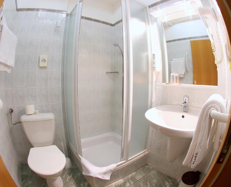 Koupelna v ubytování Hotel Flora