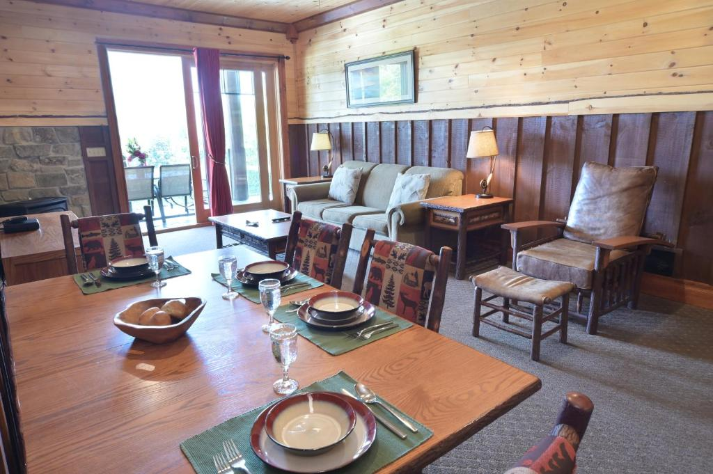 A restaurant or other place to eat at The Lodges at Cresthaven