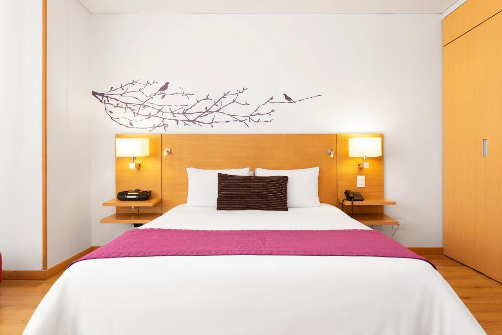Una cama o camas en una habitación de Hotel bh Parque 93