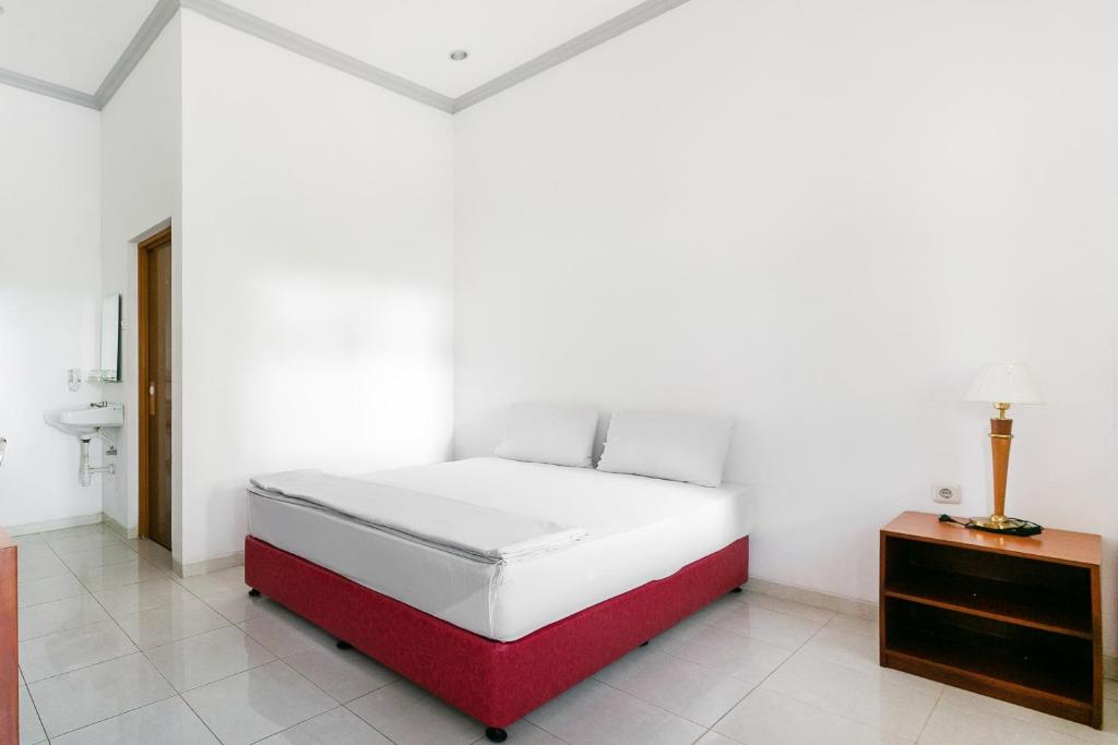 A bed or beds in a room at OYO 3374 Hotel Mile