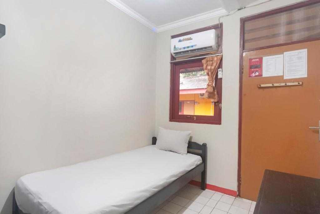 A bed or beds in a room at OYO Life 3034 Taman Melati