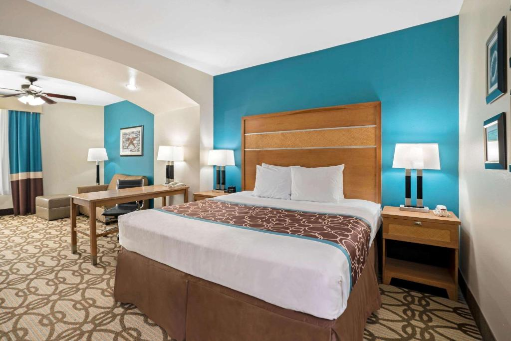 A bed or beds in a room at La Quinta by Wyndham Houston Willowbrook